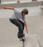 Skateboarding adolescente Imagenes de archivo