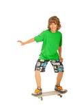 Skateboarding adolescente feliz del muchacho Fotos de archivo libres de regalías