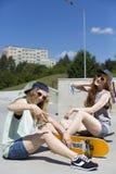 Skateboarding d'amour de filles Photographie stock
