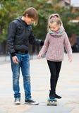 Skateboarding de enseñanza de la hermana del adolescente Imagenes de archivo