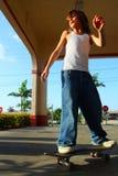 Skateboarding de garçon Photos stock