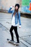 Skateboarding de la mujer Foto de archivo libre de regalías