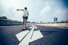 Skateboarding de planchiste photographie stock