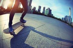 Skateboarding de planchiste Images libres de droits