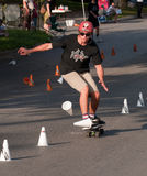 Skateboarding de slalom du monde Photos stock