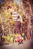 Skateboarding del adolescente imagen de archivo