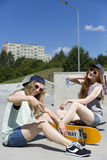 Skateboarding del amor de las muchachas fotografía de archivo