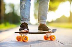 Skateboarding del primer Mujer deportiva activa que se divierte en parque Foto de archivo libre de regalías