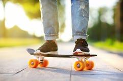 Skateboarding del primer Mujer deportiva activa que se divierte en parque Fotos de archivo libres de regalías