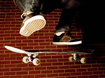 Skateboarding del ragazzo Immagine Stock