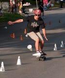 Skateboarding di slalom del mondo Fotografie Stock