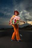 Skateboarding kvinna med skateboarden Fotografering för Bildbyråer