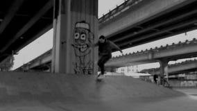 Skateboarding maschio in bianco e nero archivi video