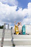 Skateboarding missfoster som sitter på vertrampen royaltyfri foto