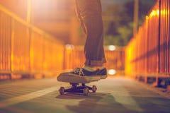 Skateboarding na estrada imagens de stock royalty free