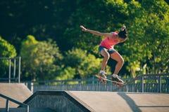Skateboarding na rampa do skatepark imagem de stock