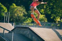 Skateboarding na rampa do skatepark foto de stock