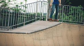 Skateboarding na rua da cidade Imagem de Stock Royalty Free