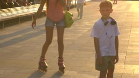 Skateboarding no parque da cidade no por do sol video estoque