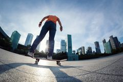 Skateboarding på soluppgångstaden fotografering för bildbyråer