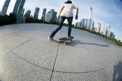 Skateboarding på soluppgångstaden royaltyfria bilder