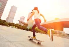 Skateboarding på staden Arkivfoto