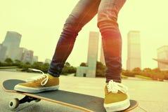 Skateboarding på staden Fotografering för Bildbyråer