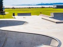 Skateboarding parkerar på havkusten Arkivfoto