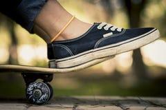 Skateboarding posera för kvinna Royaltyfria Foton