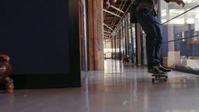 Skateboarding profesional creativo en oficina y reunión que el suyo combina almacen de metraje de vídeo