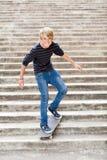 Skateboarding teenager del ragazzo Fotografia Stock