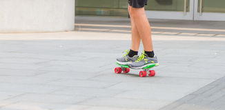 Skateboarding woman in the city Royalty Free Stock Images