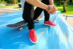 Skateboarding woman sit skatepark Royalty Free Stock Photos