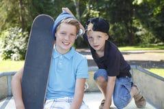 Skateboardjonge geitjes Stock Afbeeldingen