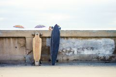 skateboards die op de rand leunen stock foto