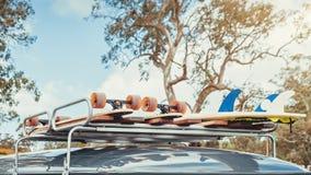 Skateboards und Surfbrett auf Packwagendachgepäckträger stockfotografie