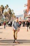 Skateboradåkare i den Venedig stranden (Kalifornien) Arkivfoto