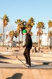 Skateboradåkare i den Venedig stranden (Kalifornien) Fotografering för Bildbyråer