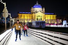 Skateboradåkare på isisbana i Zagreb Arkivfoto