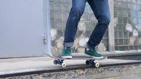 Skateboradåkare som gör Kickfip till malande trick 50-50 i Skatepark Slut upp ultrarapid i 180fps, HD arkivfilmer