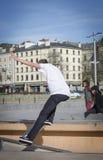 Skateboradåkare som maler en stång i en skridsko, parkerar Royaltyfria Bilder
