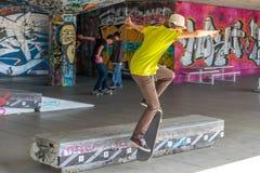 Skateboradåkare under Southbanken, London Arkivfoto