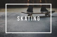Skateboradåkarepojke som åker skridskor Skateboarding extremt sportbegrepp Arkivbild