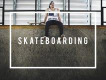 Skateboradåkarepojke som åker skridskor Skateboarding extremt sportbegrepp Royaltyfri Fotografi