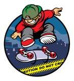 Skateboradåkarepojke som gör kickflip över polislinje Arkivbild