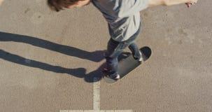 Skateer que faz um truque, tiro superior filme
