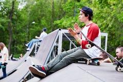 skatepark开头的溜冰板者  免版税库存照片
