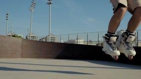 skatepark慢动作的专业溜冰者 股票录像