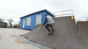 skatepark极端体育的踩滑板的少年人在慢动作4K 承担Gopro 6黑色