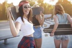 skatepark的少妇与她的朋友 库存照片